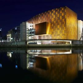 Palacio de congresos Euskalduna, junto a la ria de Bilbao
